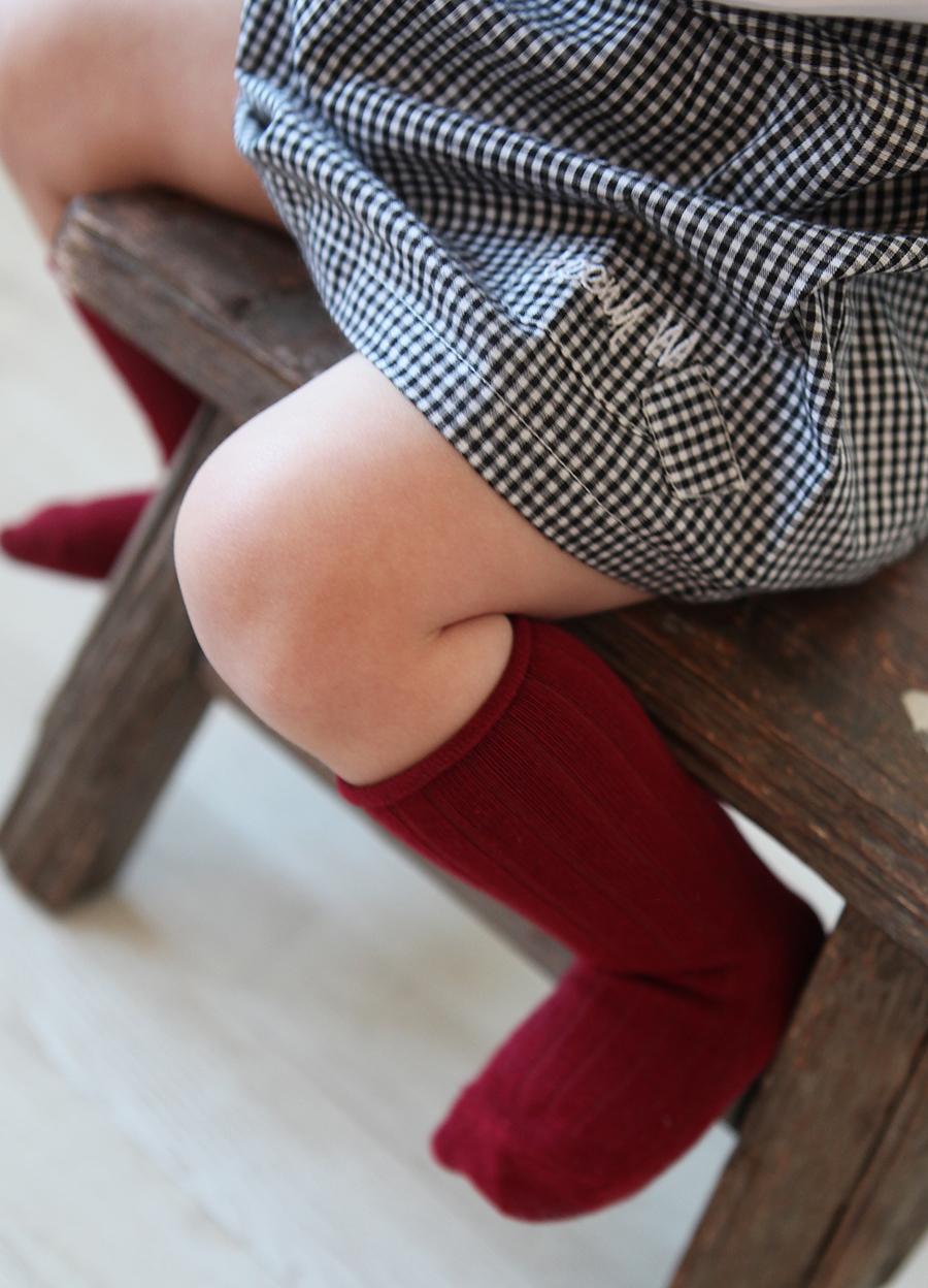 Røde knestrømper og sort hvit kjole web